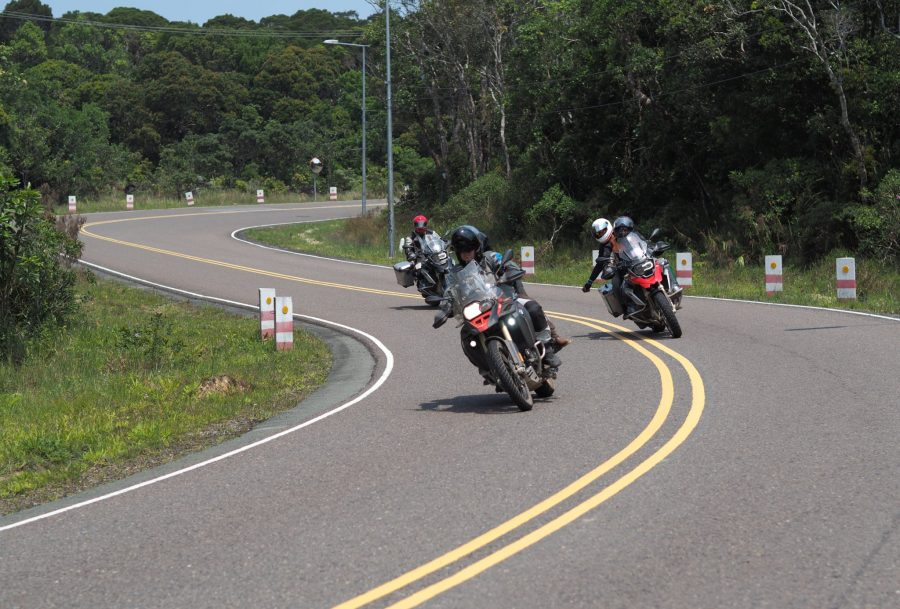 TH_4riders_cornering_Bom